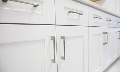 Come igienizzare maniglie, porte, cassetti e scaffali della cucina