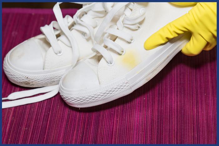 Come pulire scarpe di tela bianche da macchia di caffé
